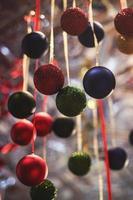 assortiti decorazioni natalizie colorate foto
