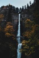ponte vicino alle cascate foto