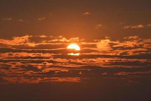 tramonto rosso con nuvole foto