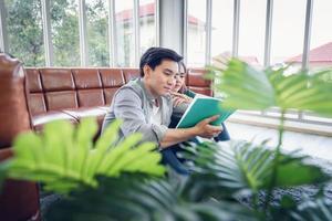 ritratto di giovane coppia lettura insieme foto