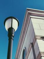 vista dal basso del lampione della città e dell'edificio foto