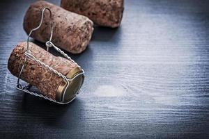 vista copyspace tre corcks di champagne con fili foto
