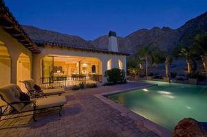 casa con piscina in cortile al tramonto foto
