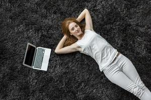 donna che pone sul tappeto foto