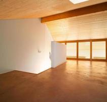 appartamento su più livelli con pavimento in laminato e cei in legno foto