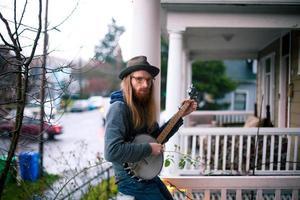 suonatore di banjo sul portico anteriore foto