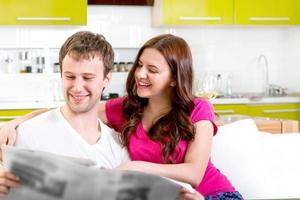 giovane coppia di sposi seduti sul divano foto