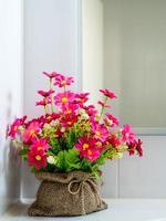 moderna sala interna decorata con fiori artificiali colorati
