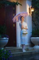 giovane donna in piedi vicino alla porta foto