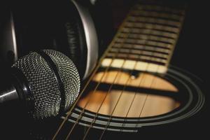 strumento chitarra cuffie e microfono foto