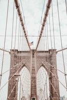 bandiera americana sul ponte di brooklyn foto