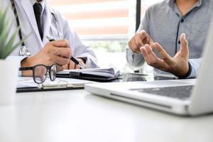 il medico consiglia il trattamento al paziente foto
