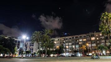 edifici in cemento di notte foto