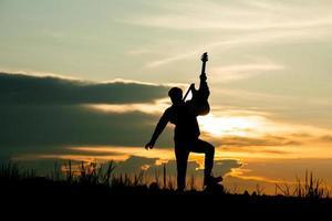 giovane musicista suonare la chitarra foto