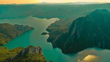 vista aerea di un lago verde e montagne