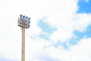 riflettori dello stadio di calcio foto