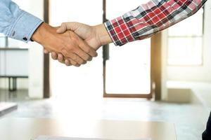 primo piano di persone che si stringono la mano