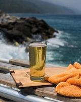 birra in riva all'oceano