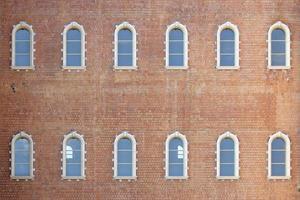 muro di mattoni con finestre