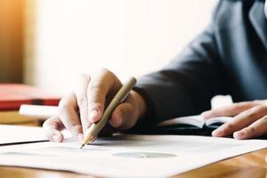 Close up di imprenditore iscritto sulla relazione