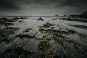 spiaggia buia e tempestosa