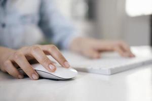 primo piano di una donna che utilizza un mouse del computer