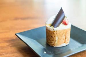 torta di mousse con topping al cioccolato e frutta foto