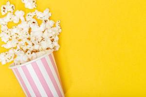 secchio di popcorn su sfondo giallo
