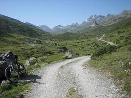 strada sterrata in montagna foto