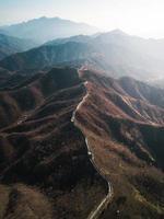fotografia con drone della grande muraglia cinese foto