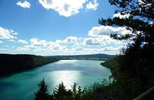 vista del lago di chalain in francia foto