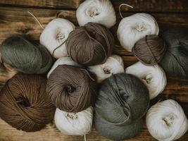 gomitoli di lana su uno sfondo di legno foto