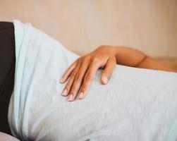 mano della donna sullo stomaco foto