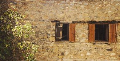 vista parziale di un edificio in mattoni