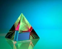 piramide colorata con sfondo aqua