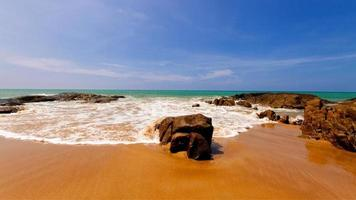 vista di una spiaggia durante il giorno foto