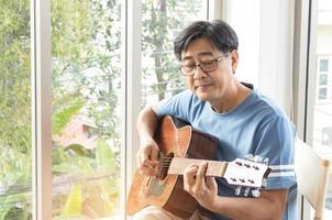 uomo che suona una chitarra