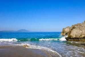 costa rocciosa con un oceano blu foto