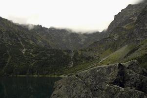 nebbioso lago di montagna
