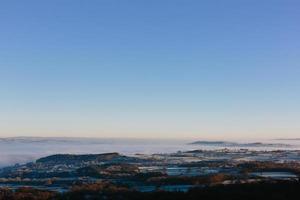 vista aerea di montagne nebbiose e cielo blu