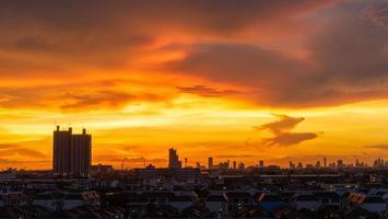 silhouette di paesaggio urbano e un tramonto arancione in thailandia