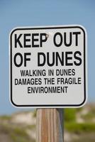 segnale di avvertimento presso le dune di sabbia foto