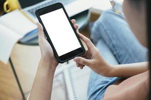 stretta di mano della donna che tiene smart phone