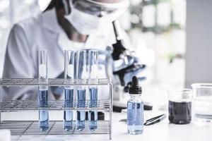 chimico sta analizzando il campione in laboratorio foto