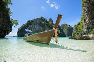 barca dalla coda lunga tailandese nelle isole di phi phi foto