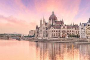 palazzo del parlamento sul fiume danubio a budapest foto