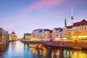 skyline di Berlino con il fiume Sprea al tramonto