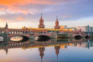 skyline di berlino con ponte oberbaum