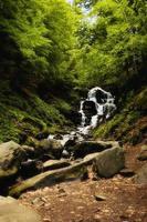 cascata in montagna, carpazi