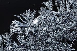 cristalli di ghiaccio in scala di grigi foto
